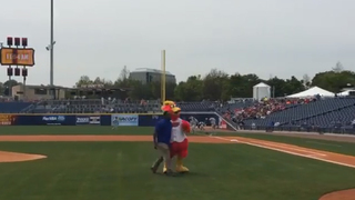 Lelan Statom Throws Out 1st Pitch At Sounds Game