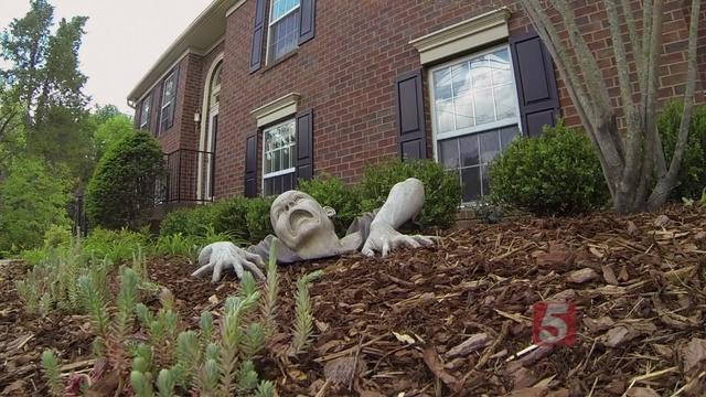 Obligan a un hombre a retirar la estatua zombie de su jardín