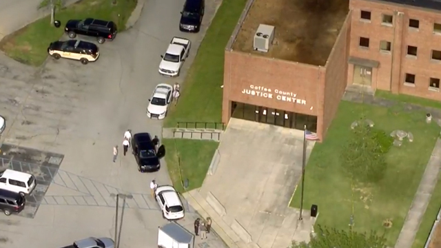 Inmate shoots 2 Tennessee courthouse officers, takes his own life